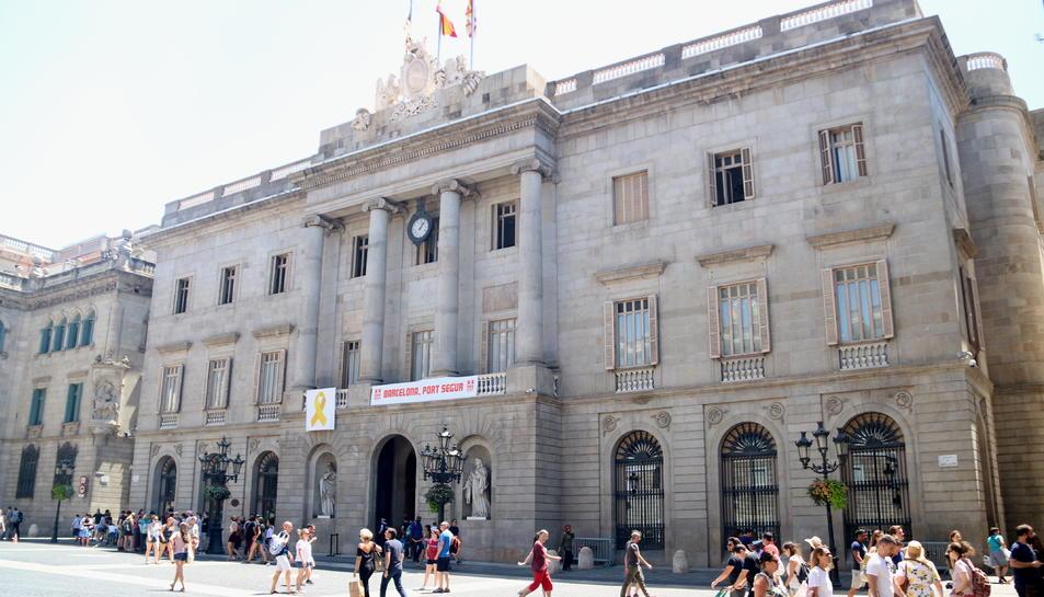 Imatge d'arxiude la Plaça Sant Jaume amb la façana de l'Ajuntament de Barcelona.