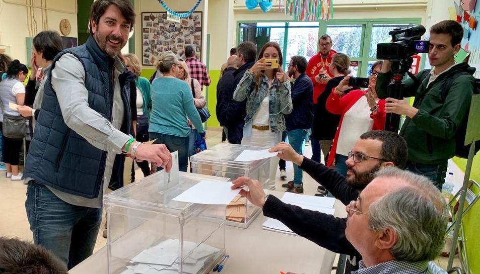 Sergio del Campo exercint el seu dret a vot.