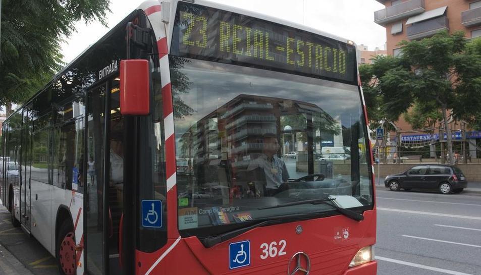 Imatge d'arxiu d'un autobús de l'EMT al centre de la ciutat.