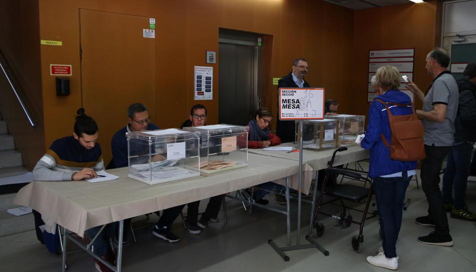 Pla general de votants exercint el seu dret a vot en un dels col·legis electorals de Tarragona. Imatge del 28 d'abril del 2019 (Horitzontal).