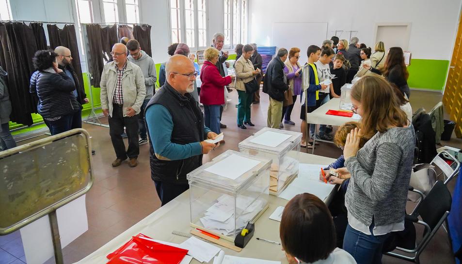 Imatge de les meses electorals i d'alguns votants a Tarragona.