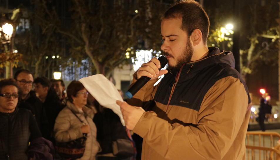 Imatge del raper lleidatà Pablo Hasel llegint el manifest de la marxa per les llibertats a Lleida.
