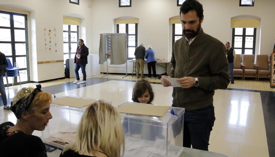 Roger Torrent, votant a Sarrià de Ter.