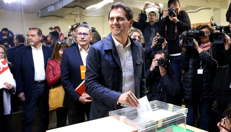 El candidat de Cs a la presidència del govern espanyol, Albert Rivera, diposita el seu vot en un col·legi electoral a L'Hospitalet de Llobregat.