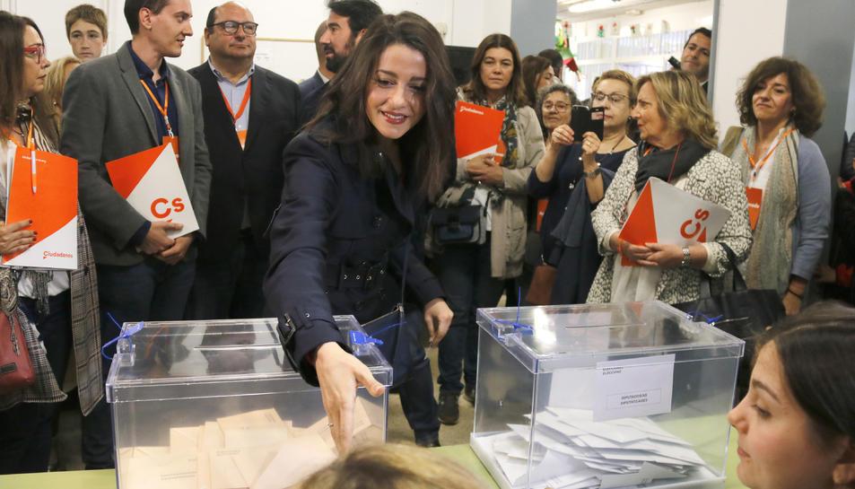 Inés Arrimadas en el moment en què una membre de la mesa de l'escola Ausiàs March on votava li ha negat la salutació.