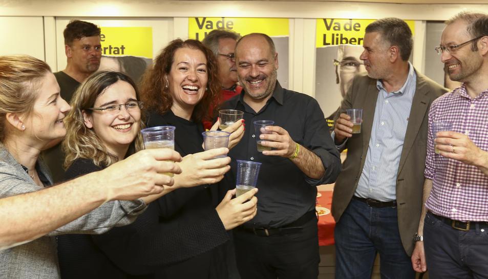 Salvador, Castel i Ricomà celebren amb altres militants la històrica victòria d'ERC a Tarragona.