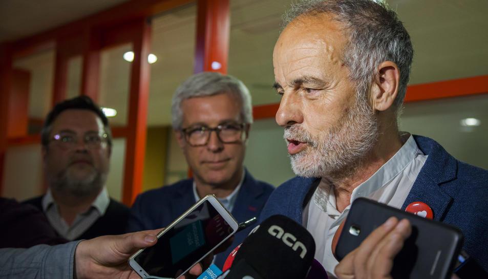 El diputat electe Joan Ruiz valora, ahir, els bons resultats del PSC a la seu del partit.