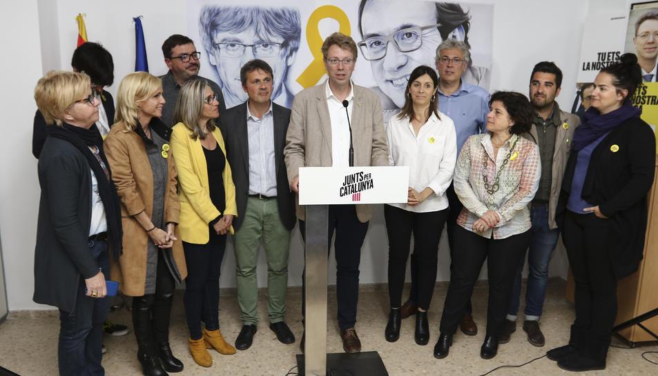 Ferran Bel, número 2 de la llista pel Congrés, amb els seus, davant d'una imatge de Josep Rull.