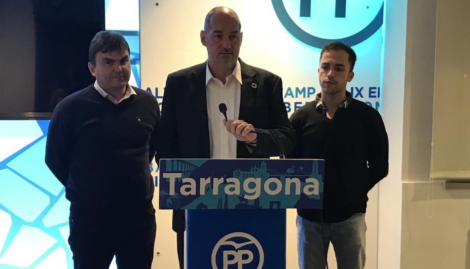 Josep Acero (candidat al Senat), Jordi Roca (candidat al Congrés) i Carlos Pastor (NNGG).