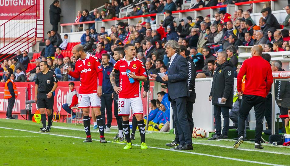 Enrique Martín dona instruccions als seus futbolistes durant el Nàstic-Numancia disputat al Nou Estadi.