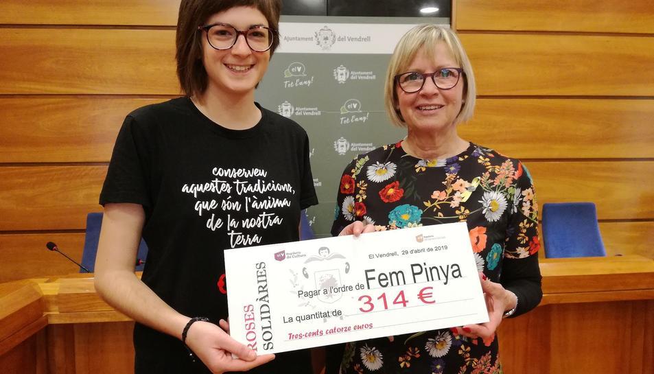La regidora de Cultura i Festes, Eva M. Serramià, ha lliurat als Nens del Vendrell la recaptació de la venda de roses de ceràmica.