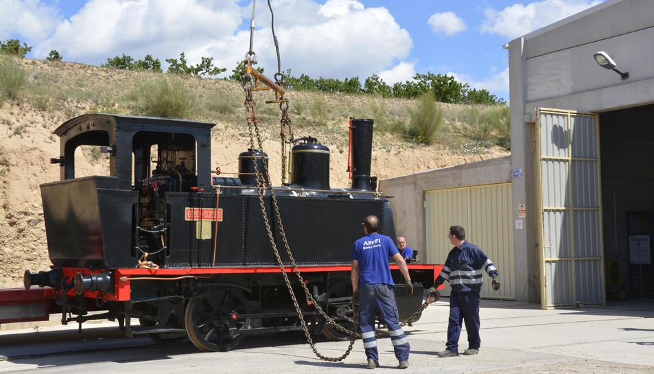 Pla general de la locomotora 'Cuco' entrant la nau cotxera del Museu de Ferrocarril de Móra la Nova.
