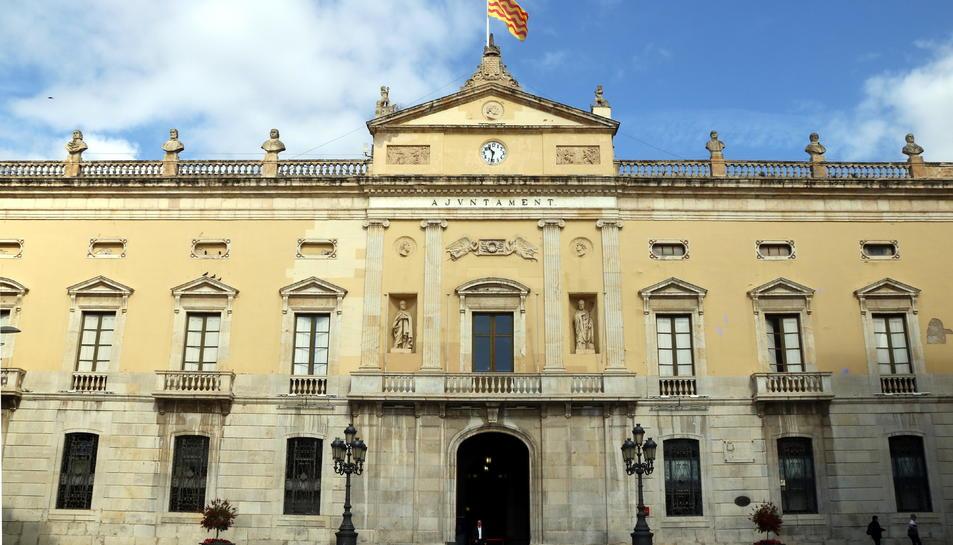 Pla general de la façana de l'Ajuntament de Tarragona.