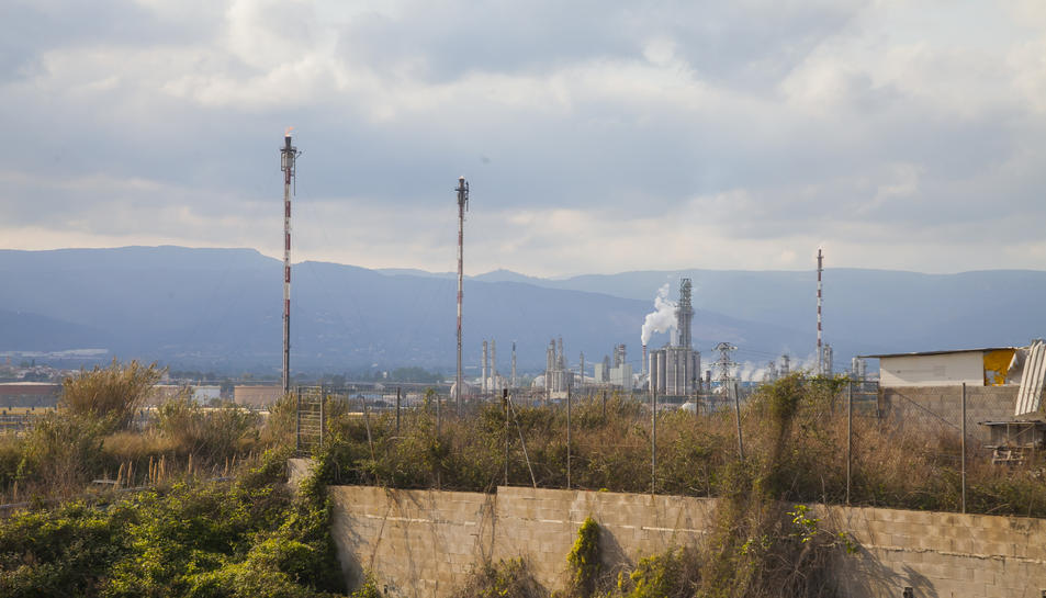 La torxa més alta del complex industrial de Repsol mesura 105 metres d'altura i el cremador està ubicat a l'extrem més elevat.