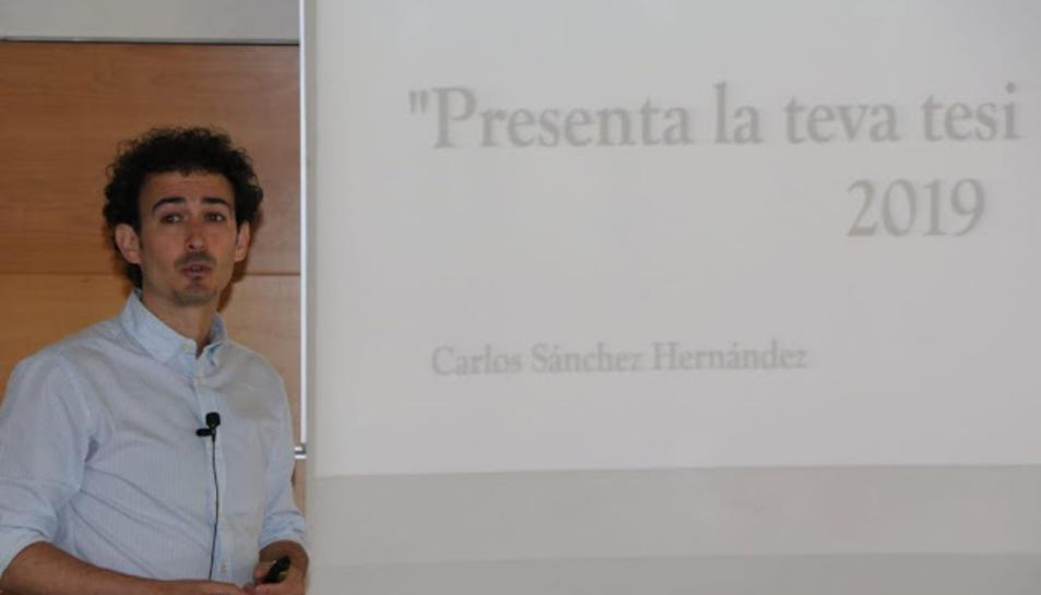 El doctorando de la URV y del IPHES Carlos Sánchez, durant l'exposició de la seca tesi.