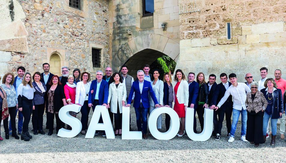 Foto de família de les persones que formen la llista Sumem per Salou per al 26-M.