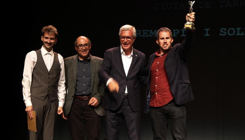 Jaume C. Pons Alorda aixecant el 29è premi de novel·la Pin i Soler damunt l'escenari del Teatre Metropol de Tarragona.
