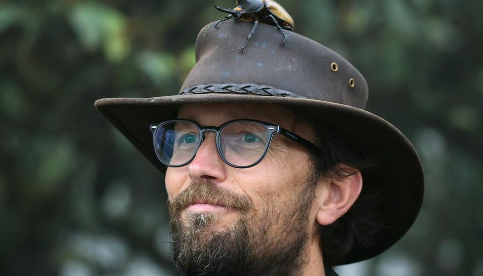 El biòleg i ambientòleg Eugeni Capella amb un escarabat rinoceront.