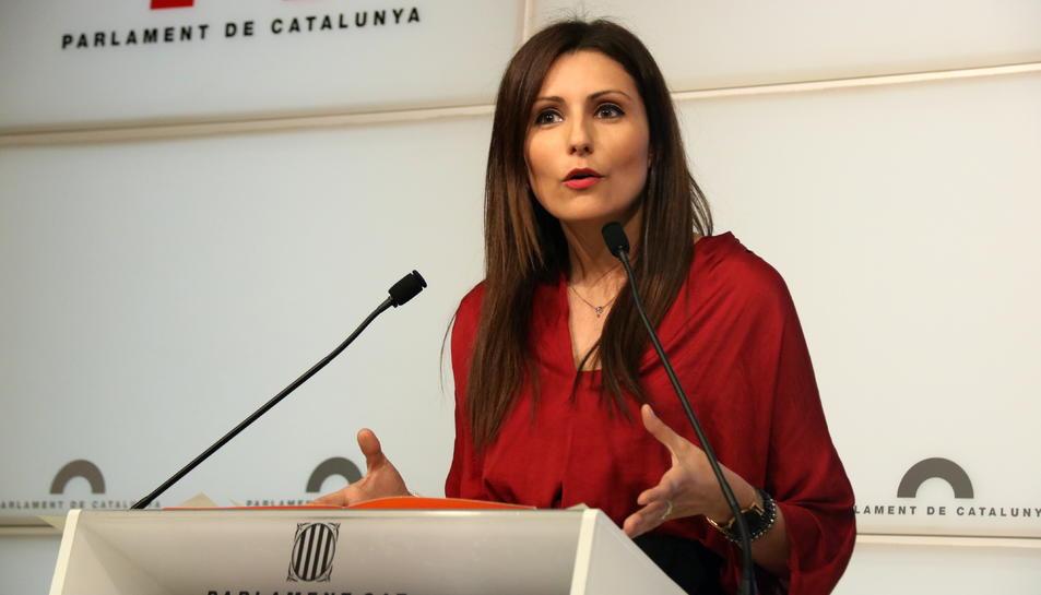 Pla mitjà de la diputada de Cs Lorena Roldán des de la sala de premsa del Parlament.