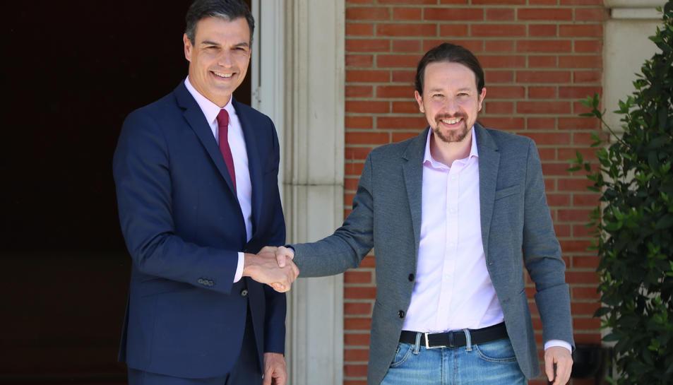 El president del govern electe, Pedro Sánchez, i el líder de Podem, Pablo Iglesias, encaixant mans a La Moncloa.