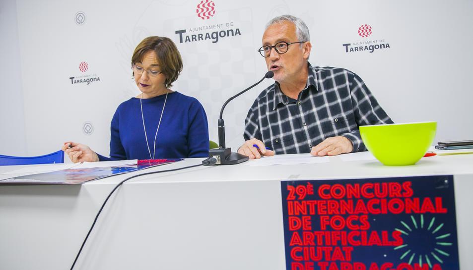 La regidora de Festes, Begoña Floria, acompanyada de Xavier González, director tècnic del Concurs Internacional de Focs Artificials.