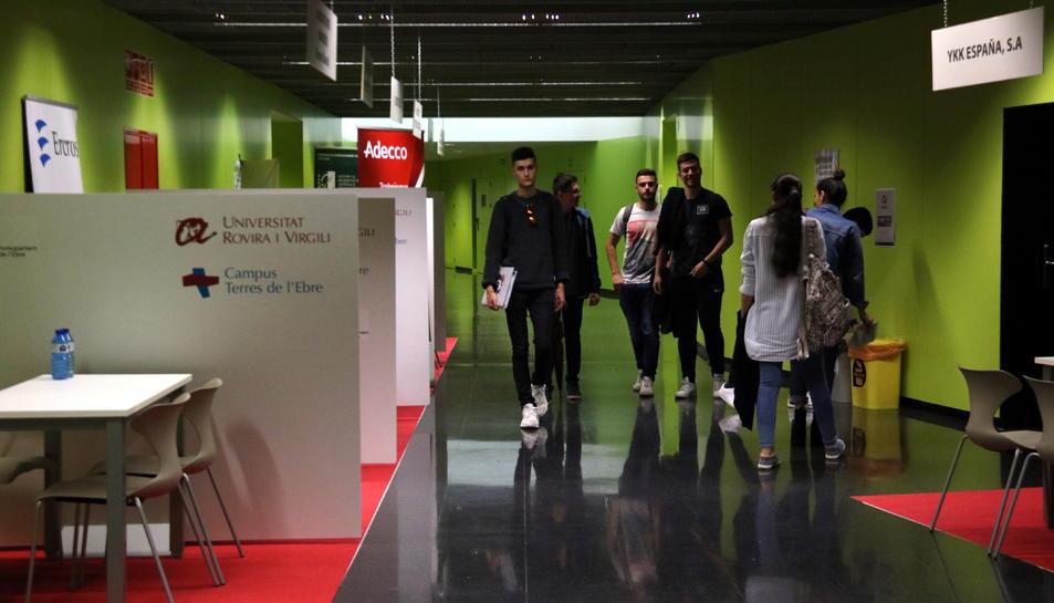 Un grup d'estudiants passejant entre els estands del Fòrum d'Ocupació i Talent del Campus Terres de l'Ebre de la URV.
