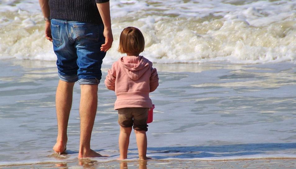 Una família gaudint de la platja.