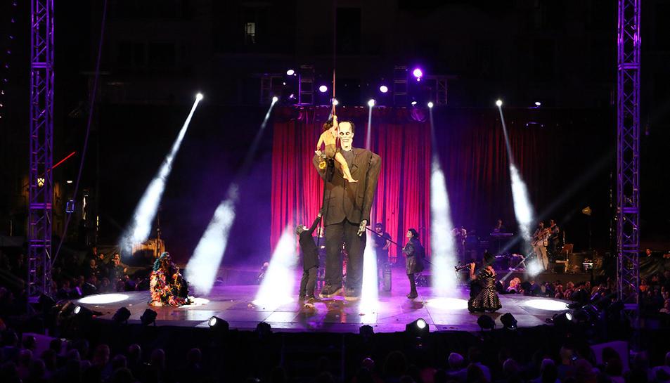 Paconstein, compartint escenari amb la trapezista Iara Gueller, en l'obertura de la fira del circ.