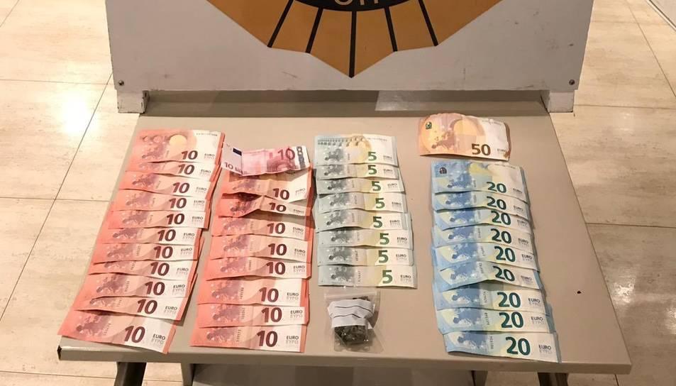 A l'arrestat se li van intervenir 470 euros fraccionats en bitllets petits.