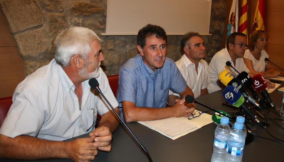 L'alcalde de Batea, Joaquim Paladella, envoltat dels membres del govern municipal.