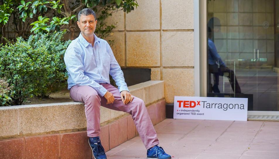 El responsable del certamen TED a les portes de la seva oficina.
