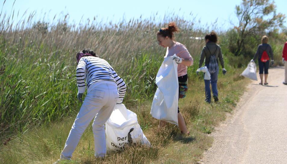Imatge dels voluntaris que han participat en l'acció de neteja del riu Migjorn.