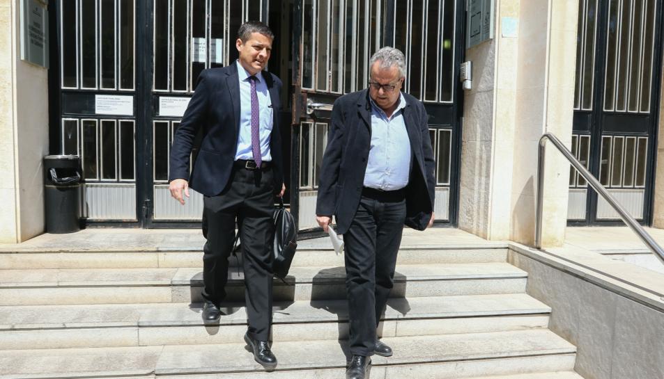 L'exconseller del Tecnoparc Jordi Bergadà surt de l'Audiència amb el seu advocat, Josep Pons, ahir.