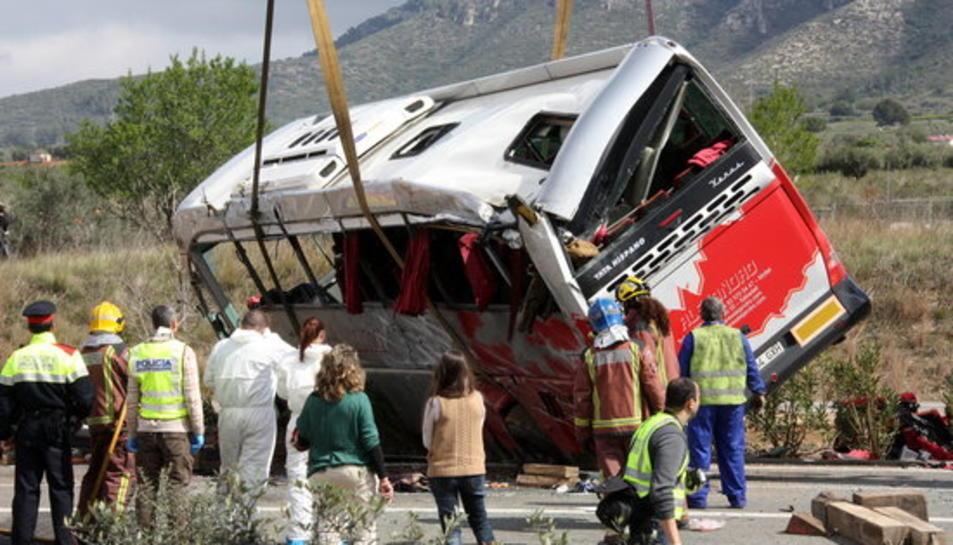 Imatge de la grua aixecant l'autocar accidentat.
