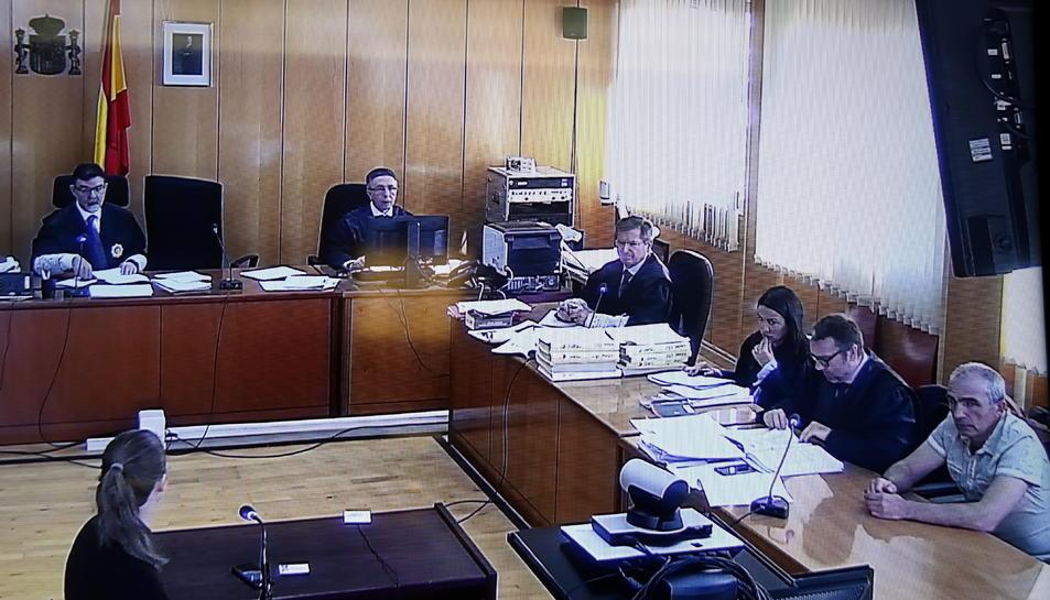 Imatge de la sala de vistes on es fa el judici contra l'acusat de matar dos homes a Bot, Oleg Makrusin, assegut a la part inferior dreta.