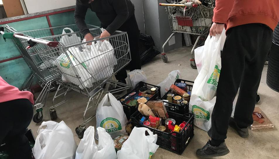 Membres del Banc Obrer es dediquen a recaptar aliments i a donar-los a qui els necessita.