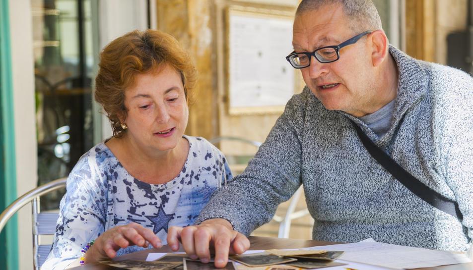 Joan Gorga i la seva esposa Maria Montserrat Gené, revisant la documentació de l'avi.