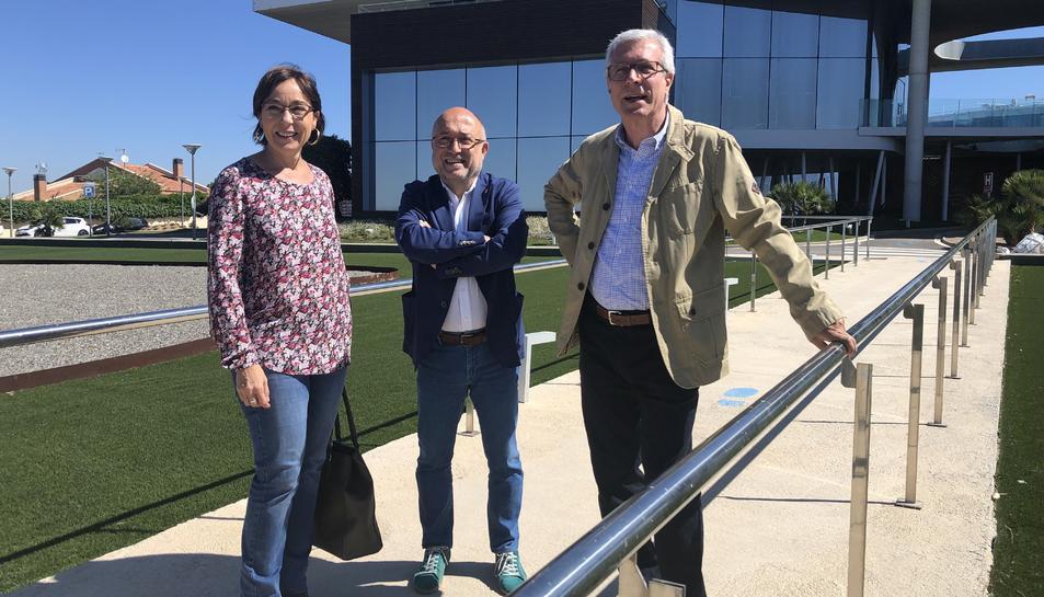 Ballesteros, amb els regidors Begoña Floria i Francesc Roca, a les portes de les oficines d'Ematsa.