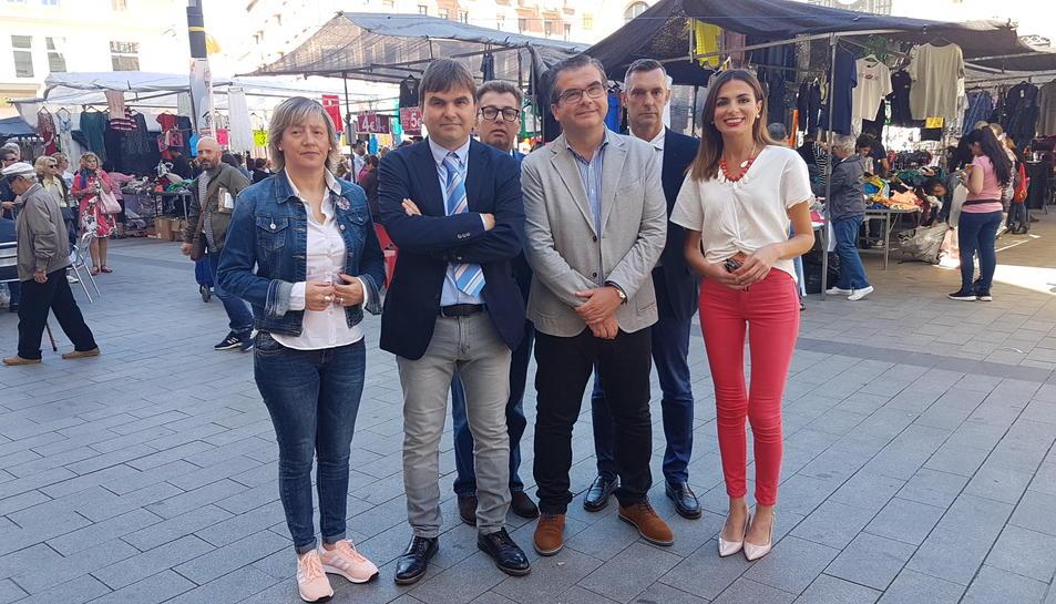José Luis Martín (al mig), rodejat del seu equip de campanya.
