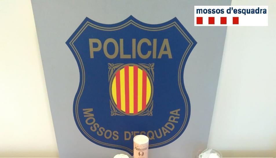 Imatge dels efectes intervinguts pels Mossos d'Esquadra en un pis de Roquetes on es venien drogues.