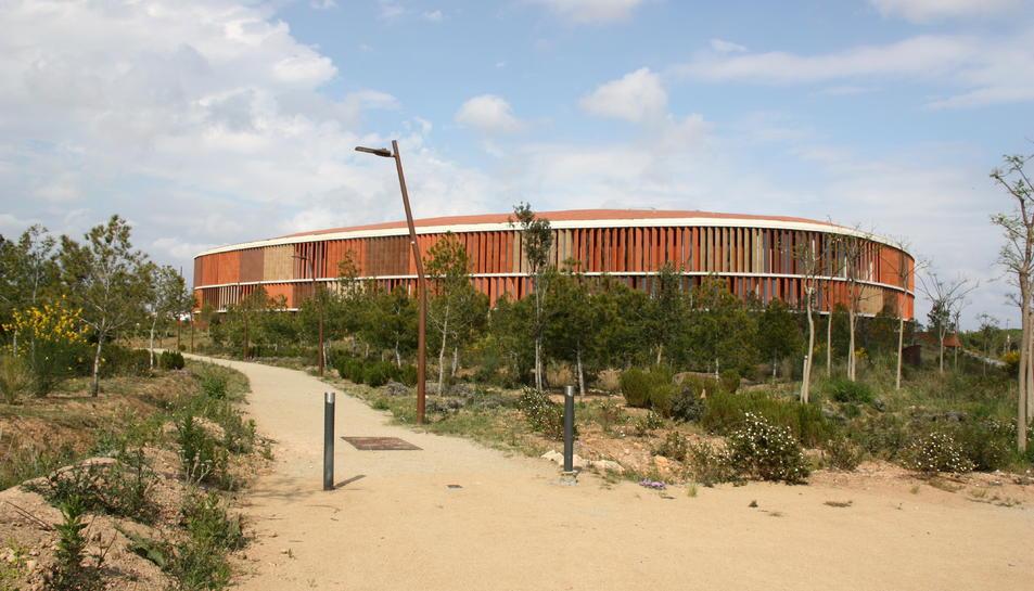 Pla general del parc de l'Anella Mediterrània, amb el Palau d'Esports al fons.