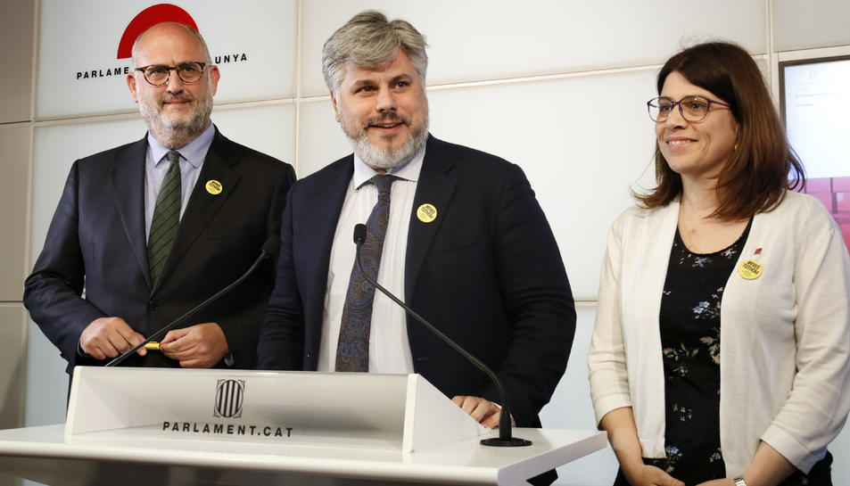 Pla conjunt del portaveu parlamentari de JxCat, Albert Batet, i dels portaveus adjunts Eduard Pujol i Gemma Geis, durant una roda de premsa al Parlament.