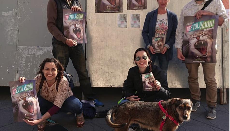 Alguns dels membres de la candidatura del PACMA a Tarragona mostrant el cartell de propaganda electoral.