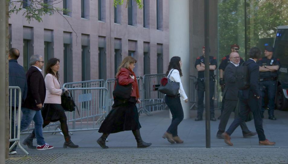 Pla mitjà d'alguns processats entrant a la Ciutat de la Justícia per comparèixer al jutjat d'instrucció 13.
