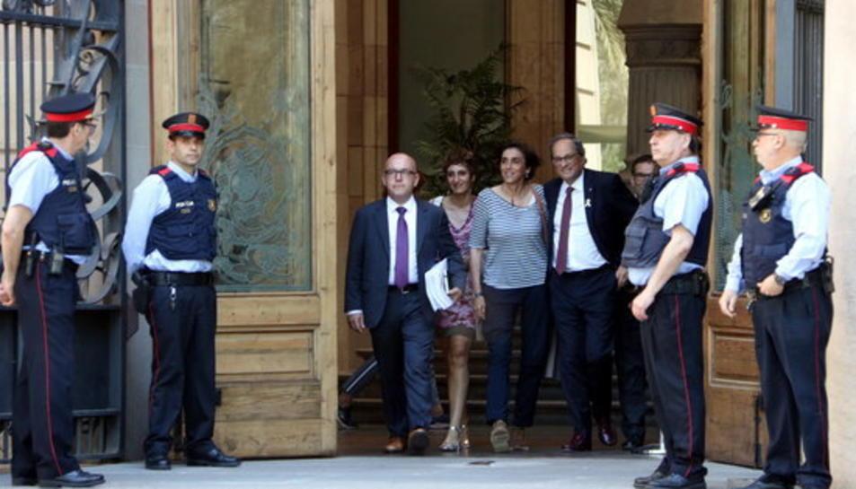 El president Torra, amb la seva dona i els seus advocats, a la sortida del TSJC després de declarar.