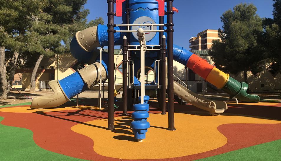 El parc s'ha renovat amb una nova atracció infantil.