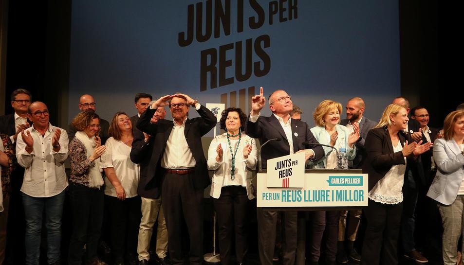 Carles Pellicer, al centre, amb membres de la seva llista per al 26-M i l'expresident Artur Mas, ahir.