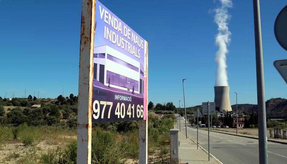 Un cartell de promoció de parcel·les industrials a Ascó, davant de la central nuclear.