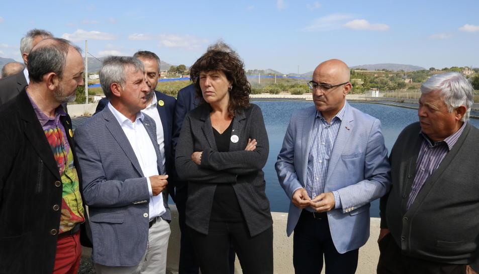 La consellera Teresa Jordà, amb els representants de la Comunitat de Regants de Valls i el delegat del govern a Tarragona, Òscar Peris, conversant davant la bassa de captació de la comunitat.