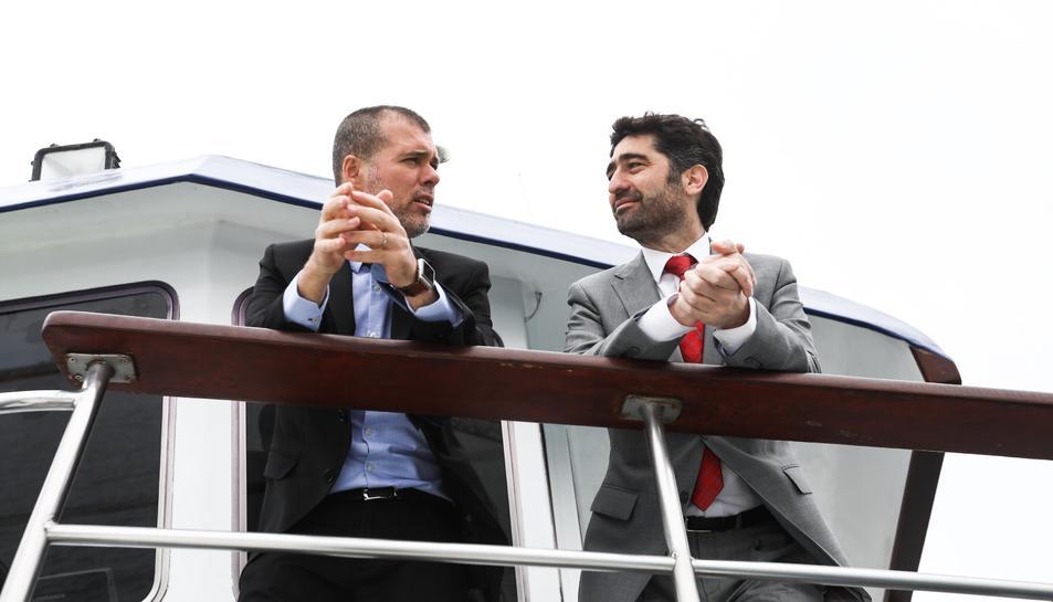 Pla contrapicat del conseller Jordi Puigneró i el president del Port de Tarragona, Josep Maria Cruset, conversant dalt d'un vaixell. Imatge del 16 de maig del 2019